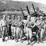 Soldati italiani saccheggiano un villaggio