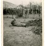 Partigiano legato al palo per essere fucilato presso Delnice, Croazia, nel 1942