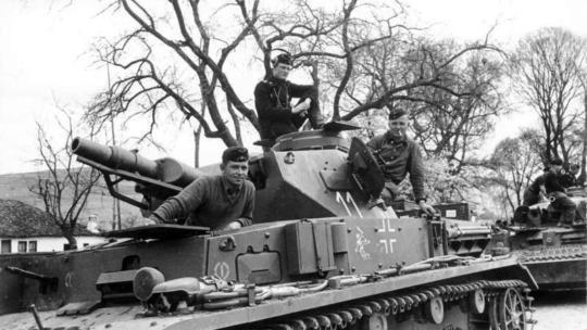 Panzer tedesco con equipaggio in Jugoslavia, aprile 1941