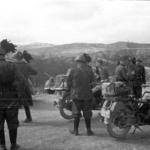 Bersaglieri motociclisti incontrano soldati tedeschi