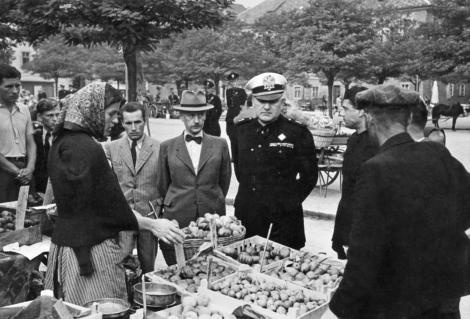 L'alto commissario per la provincia di Lubiana Emilio Grazioli al mercato, 1941