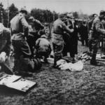 Le guardie ustaša confiscano i beni dei prigionieri appena deportati nel campo di concentramento di Jasenovac