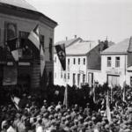 Livno, cerimonia davanti ad un balcone di un edificio con bandiera tedesca, italiana e croata