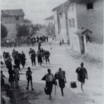 I deportati dopo l'abbandono del campo di Gonars per le vie di Versa (Romans)