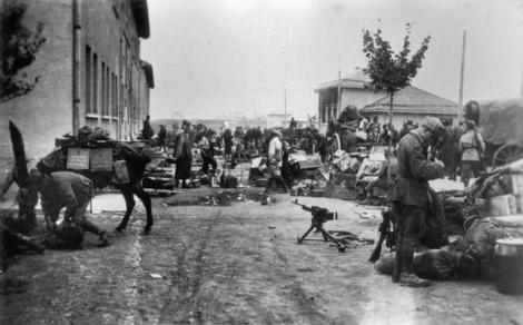 I partigiani si impadroniscono di armi e munizioni italiane dopo la resa dell'8 settembre