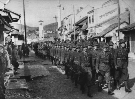 Reparti della divisione partigiana Garibaldi sfilano per le vie di Pljevlja nell'ottobre 1943