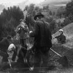 Prigionieri costretti a scavarsi la fossa prima dell'esecuzione