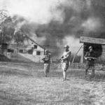 Soldati italiani incendiano un villaggio