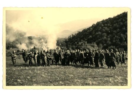 Incendio di un villaggio ad opera di soldati italiani