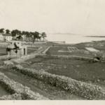 Vista sulla baia dove si trovava il campo di Molat e il grande bunker in pietra sulla strada verso il mare